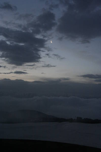 Утреннее небо: Луна в облаках.