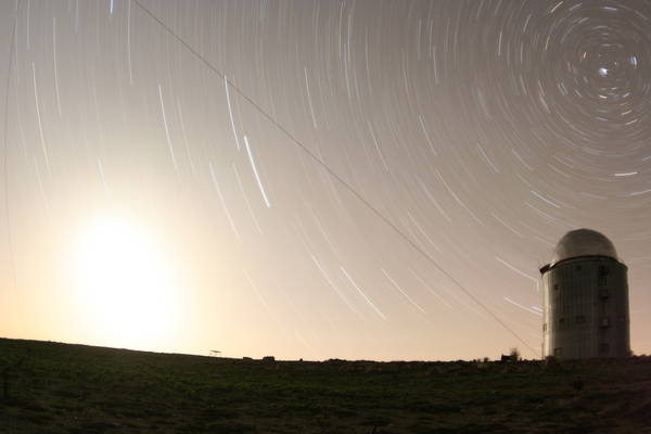 Заход Луны, рядом с башней - метеор!